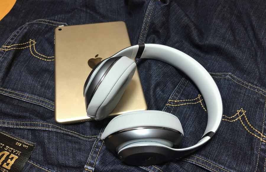 ジーンズ・iPad・ヘッドフォン
